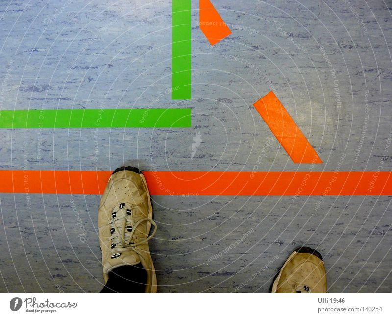 Übertreten! Farbfoto Innenaufnahme Detailaufnahme Abend Vogelperspektive Blick nach unten Freude Freizeit & Hobby Sport Sportler Mann Erwachsene Fuß 1 Mensch