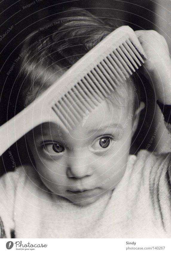 vor dem ersten Date Kamm Kind Auge geschniegelt schwarz weiß altmodisch niedlich süß Freundlichkeit Konzentration Kinderaugen kulleräugig Nase Mund