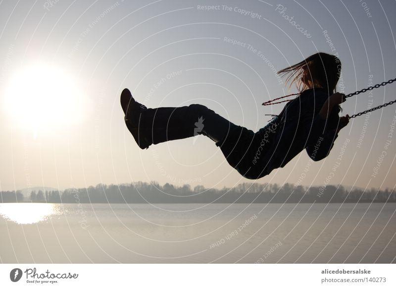 vorhangöffnung Mensch Himmel Wasser Sonne Freude schwarz dunkel Haare & Frisuren lachen See Wind hoch nah tief Kette Schaukel