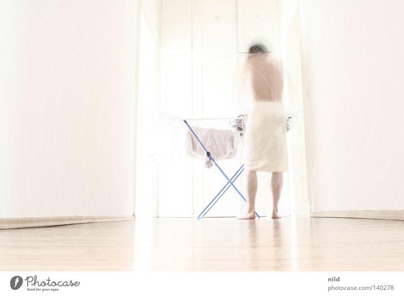 der trend geht zum überbelichten... Mann weiß ruhig hell Wohnung Perspektive Häusliches Leben Sauberkeit Mitte Wäsche waschen trocknen Haushalt Parkett