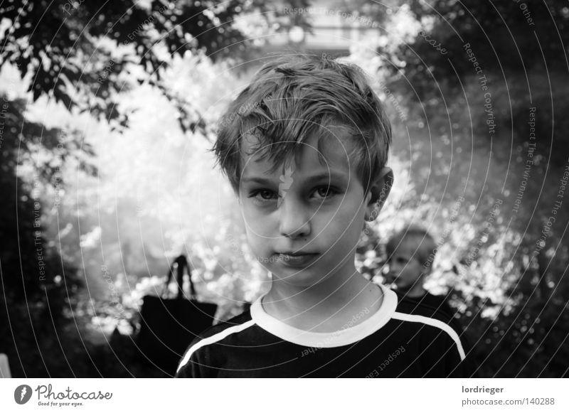 Hanni Blick Kind schwarz weiß Licht Gesicht sanft Kopf Haare & Frisuren Porträt Kindergesicht Schwarzweißfoto Oberkörper Blick in die Kamera Außenaufnahme ernst