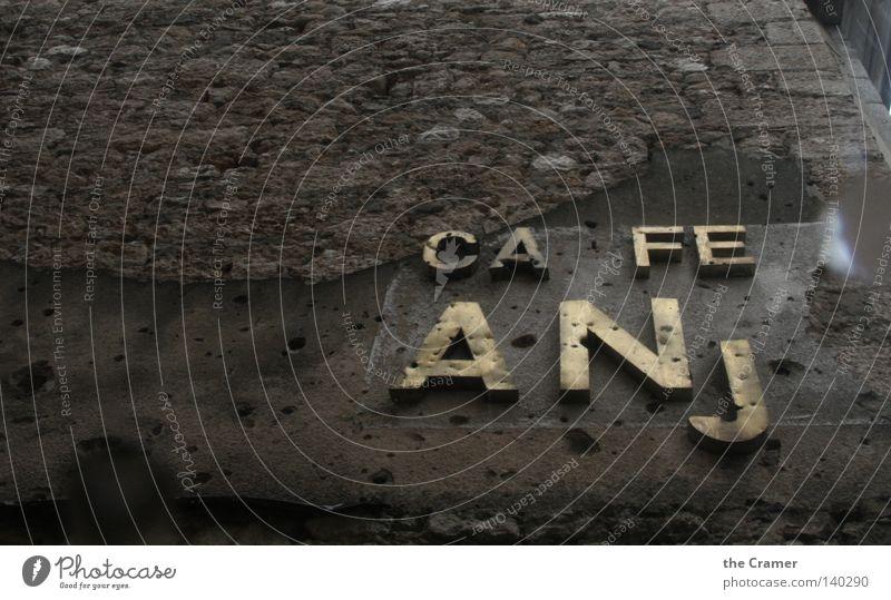 CAFE ANj Haus Wand grau Traurigkeit Mauer braun Angst dreckig Beton kaputt Schriftzeichen Trauer Buchstaben verfallen Backstein Kugel