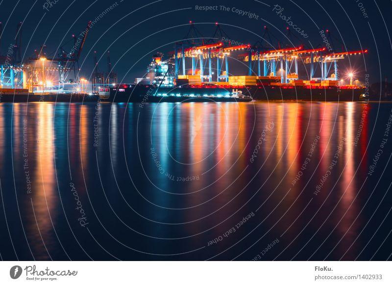 Nachtschicht Stadt blau rot Küste Deutschland Arbeit & Erwerbstätigkeit Hamburg Fluss Hafen Wahrzeichen Flussufer Schifffahrt Anlegestelle Wasseroberfläche Container Hafenstadt