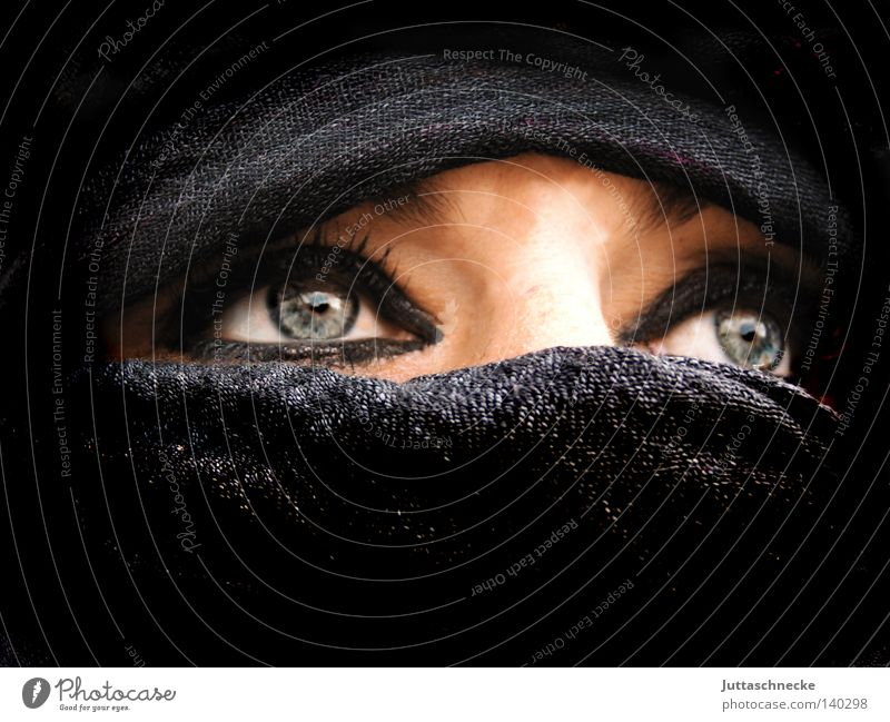 Beduin Beduinen Frau Nomaden schwarz Schleier Naher und Mittlerer Osten Trauer intensiv Unterdrückung eng Porträt Kommunizieren Macht Nomadin unklar Maske