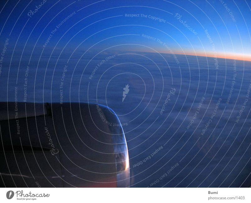 Über den Wolken Flugzeug Triebwerke Luft Sonnenaufgang Luftverkehr Himmel