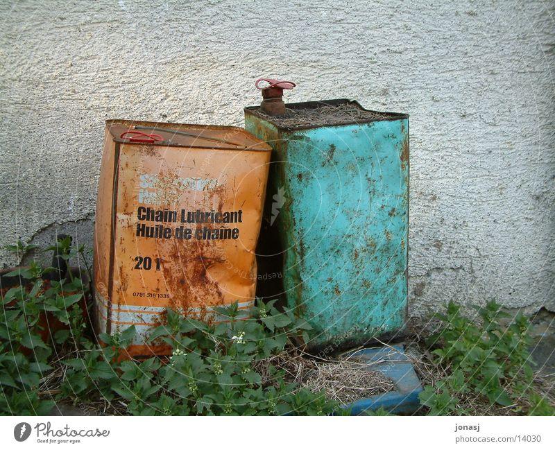 Alte Freunde... alt grün Wand Freundschaft orange Dinge Rost Erdöl Benzin Behälter u. Gefäße Kanister