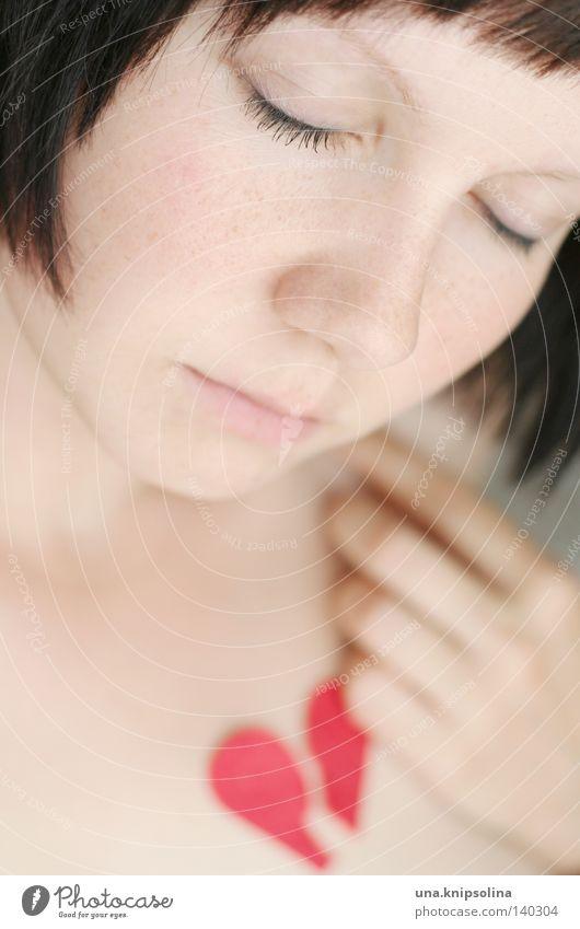 heartbreak Frau Jugendliche Einsamkeit Erwachsene Liebe Glück Traurigkeit Angst Herz Haut Junge Frau 18-30 Jahre Trauer Vergänglichkeit Ende Schmerz