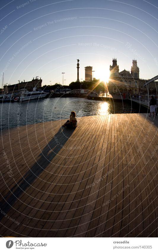 lonely Einsamkeit Mensch verloren Denken Schatten Holz Steg Trauer Wasserfahrzeug Barcelona Spanien Sonne Sonnenuntergang Himmel Haus Fischauge Verzerrung Meer