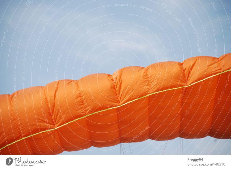 Kampfwurst Gleitschirm fliegen Luft Himmel Wolken Pilot blau orange schwarz Wind Wetter Berge u. Gebirge Schauinsland Vogel Spielen Extremsport Luftverkehr