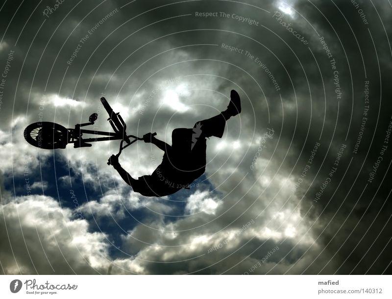 Wolkenkratzer Himmel weiß blau schwarz Wolken dunkel springen grau Fahrrad fliegen BMX Abstieg Akrobatik Rampe Extremsport kopfvoran