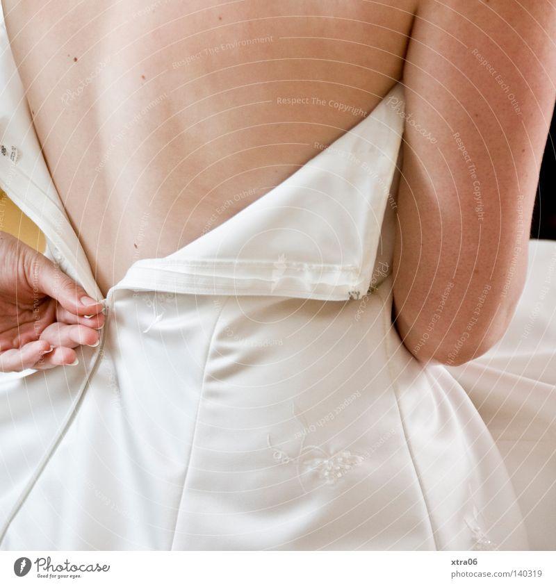 der reissverschluss Frau Hand Rücken Arme Haut Kleid Braut Brautkleid