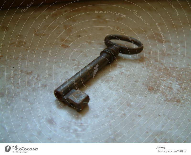 Der liegt schon lange alt Stein Dinge Rost Schlüssel Fenstersims