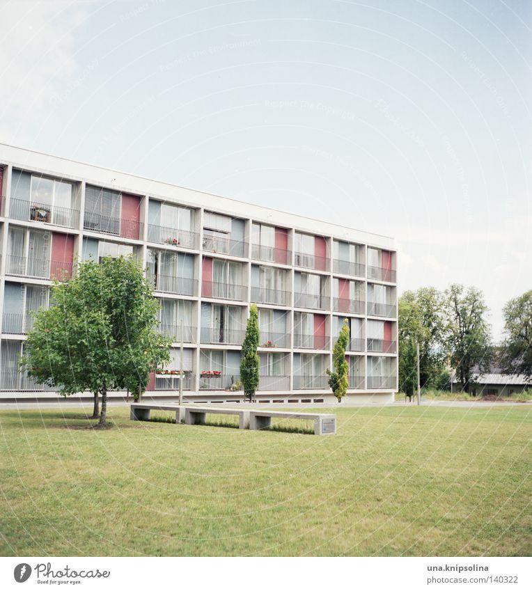 ..heim Leben Häusliches Leben Studium Stadt Architektur Balkon Fenster alt modern grün analog Quadrat Mittelformat Asphalt Freiraum Wohnheim Seniorenheim