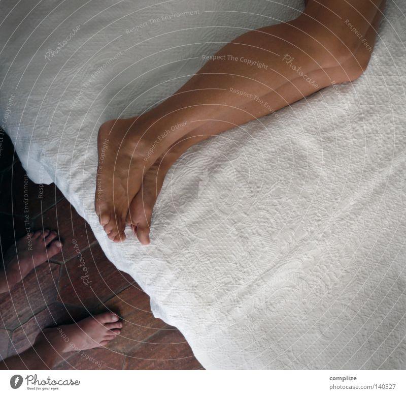 Bettgeschichte Frau Mann Bettdecke Vogelperspektive aufwachen Sex fordern Schlafzimmer Zehen schlafen ruhig Potenz Barfuß nackt Nacht Morgen mediterran Wohnung