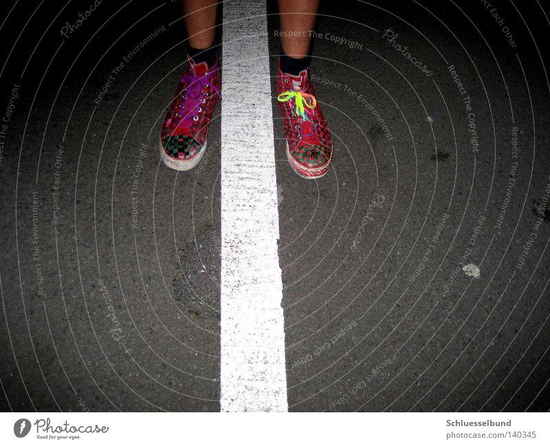 w G II maskulin Junger Mann Jugendliche Haut Beine Fuß Kunst Jugendkultur Sommer Verkehrswege Straße Strümpfe Stoff Schuhe Turnschuh Beton Linie Streifen Knoten