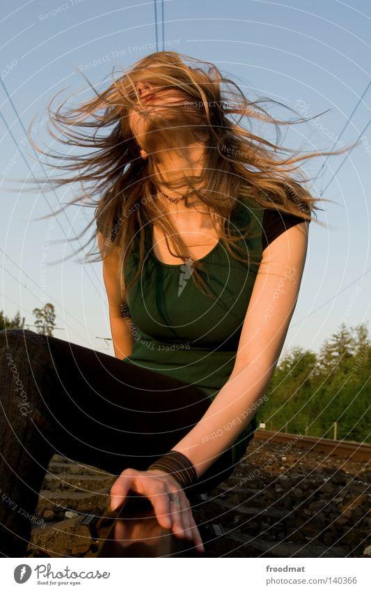 schwingelingeding Frau Himmel blau grün schön Freude Gesicht Bewegung Haare & Frisuren Stil Mode Wind blond ästhetisch Eisenbahn