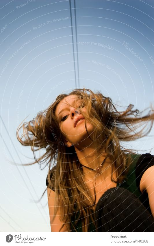 hochspannend Frau Himmel blau grün schön Freude Gesicht Bewegung Haare & Frisuren Stil Mode Wind blond ästhetisch Aktion