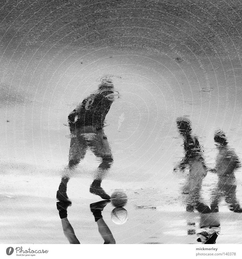 Rainwarrior Pfütze Angriff Spiegel Reflexion & Spiegelung Sportmannschaft Kick passen Zusammensein Gegner Anpfiff Hose Sturm Spielen Fußball Fußballer Trickot