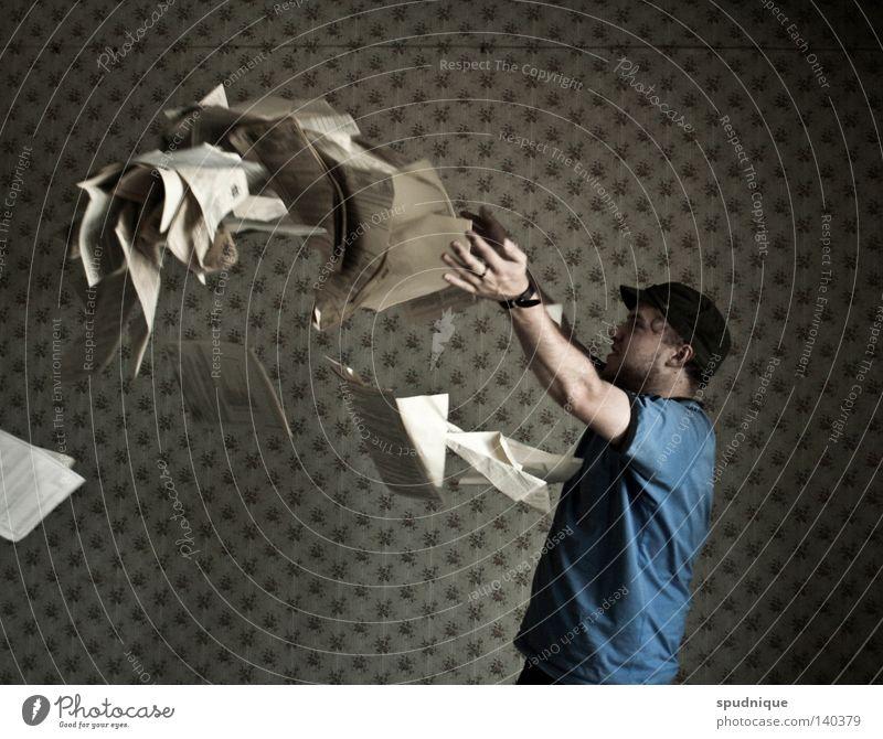 im hohen bogen rausfliegen werfen Bogen Kurve Papier Buchseite Mann Mensch Zettel Junger Mann blätternd