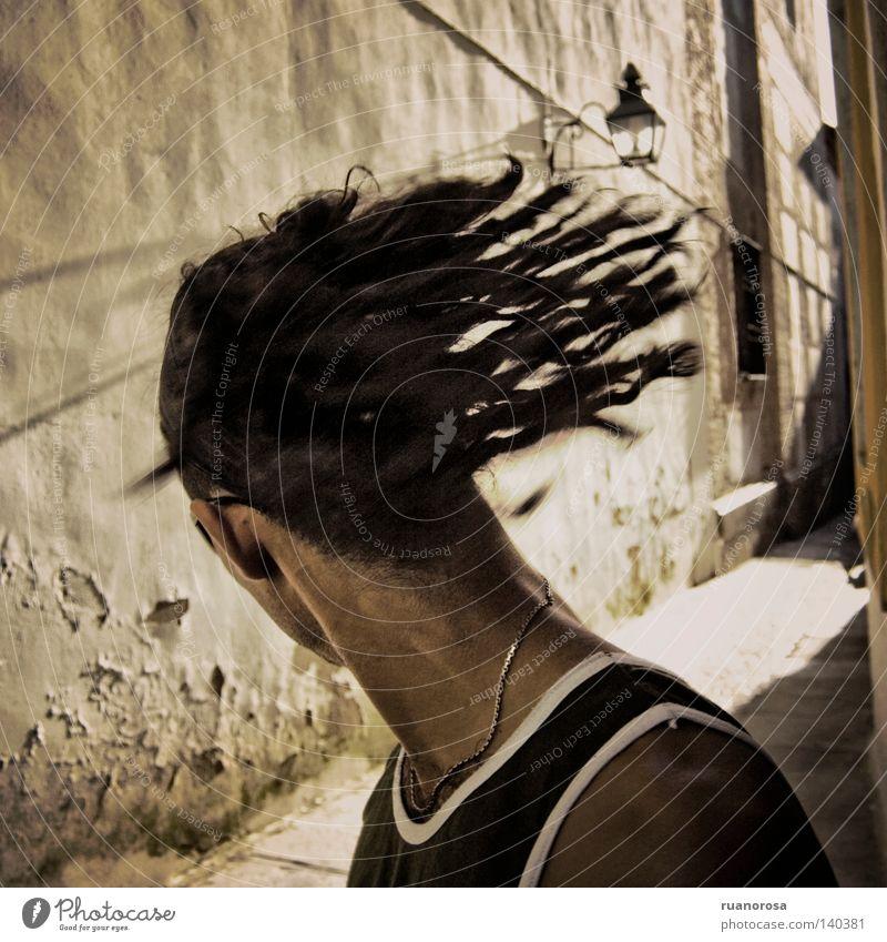 Mensch Mann Jugendliche Kopf Bewegung drehen Gasse Schwung Rastalocken Nacken Junger Mann gesichtslos schwungvoll Kontrollblick Kopfschütteln Männeroberkörper