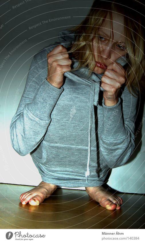 Verkriech Dich. Frau Hand Gesicht Einsamkeit Haare & Frisuren Kopf Fuß Angst blond Bekleidung gefährlich Bodenbelag Stoff festhalten verstecken Pullover