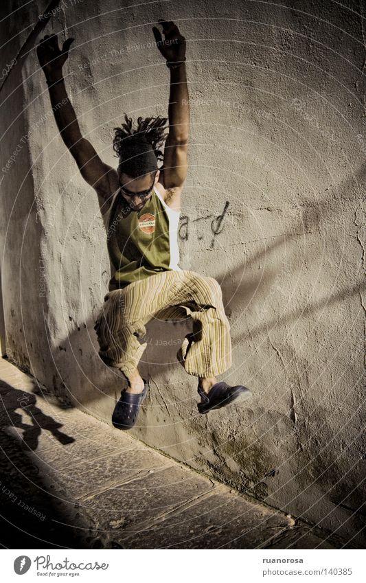 Jump Mann Jugendliche Leben springen Bewegung Kraft Energie Energiewirtschaft Macht Raster Salto Rastalocken Straßenmusiker Junger Mann Lebenskraft