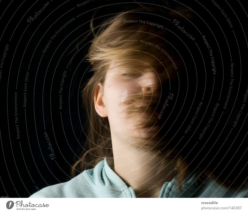 shake it Frau Mädchen schütteln drehen fliegen Haare & Frisuren Augenbraue Haut Mund Lippen feminin Ohr Porträt Hals strecken Blick braun Pullover verdreht Arme