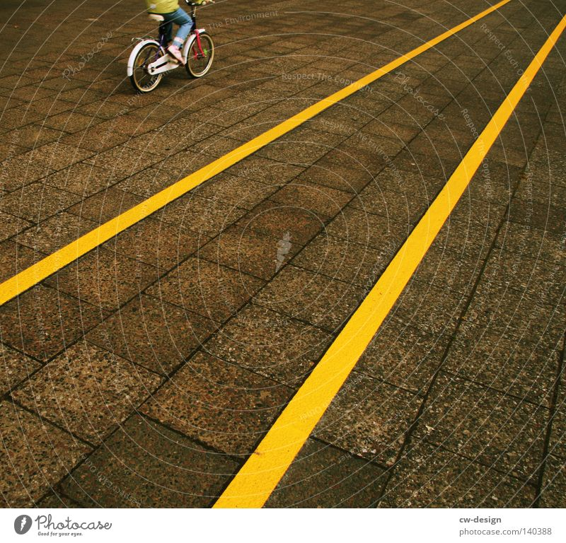 MAL WIEDER VOLL DANEBEN Mensch Jugendliche Stadt Freude Farbe Einsamkeit gelb Leben Spielen Wege & Pfade grau Stil Beine Kunst Linie Ordnung