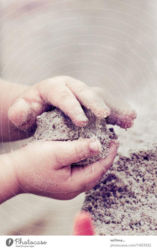 Backe backe Kuchen - Kinderhände beim Spielen im Sand Kindererziehung Kindergarten Kleinkind Hand Finger Kinderhand niedlich Sandkasten Sandkuchen Spielplatz
