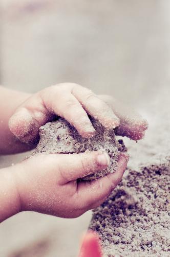 kinderhände beim spielen im sand Kindererziehung Kindergarten Kleinkind Hand Finger Kinderhand Sand Spielen niedlich Sandkasten Sandkuchen Spielplatz Sandstrand