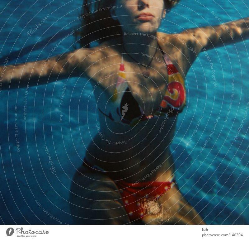 Tag 197 Ferien & Urlaub & Reisen blau Wasser Meer Freude Glück Haare & Frisuren See Freizeit & Hobby Unterwasseraufnahme Schwimmbad heiß Bikini Seifenblase Luftblase Blubbern