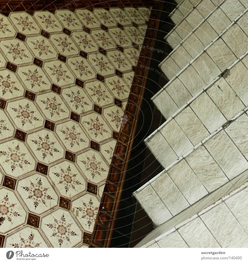 quadratische kacheln im quadrat. alt Haus Holz Wärme Gebäude Kunst braun liegen Treppe Innenarchitektur kaputt Stern (Symbol) Bodenbelag Häusliches Leben