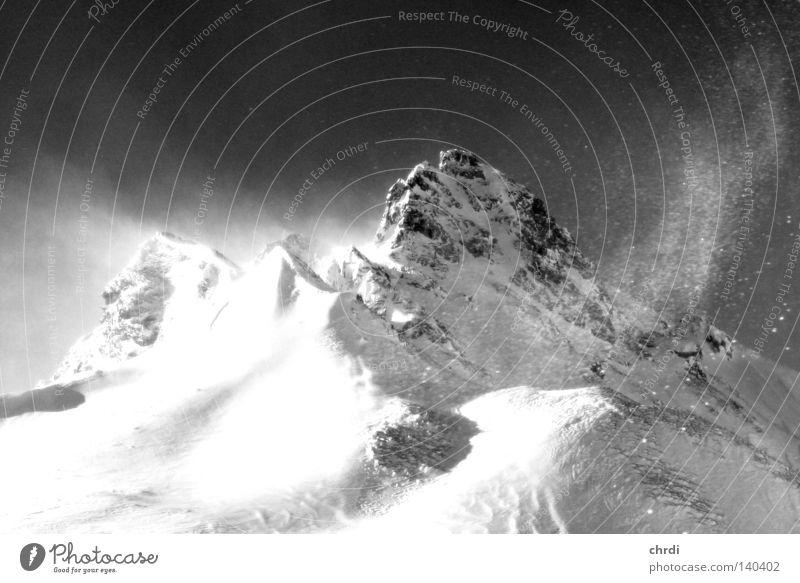 der Gipfel Berge u. Gebirge Schnee Winter kalt Sturm Wind Felsen Bergsteigen Klettern Tux Gletscher weiß schwarz Schwarzweißfoto