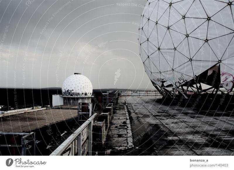 radar Einsamkeit Ferne dunkel Berlin Traurigkeit Graffiti Architektur Trauer rund Aussicht Netz Mond Begrüßung Plattenbau Plattform