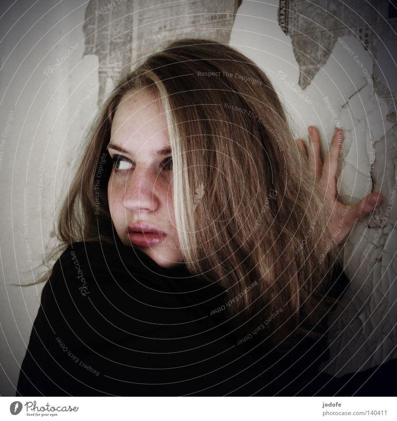 ohne worte Frau Jugendliche feminin Mensch Angst drehen Gesicht Porträt Blick Auge Nase Mund Hand Finger spreizen festhalten abstützen Panik entgegengesetzt
