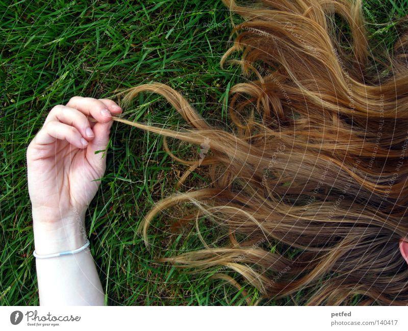 Das Parfüm Frau Mensch grün Leben Tod Gras Haare & Frisuren hell Haut blond Arme schlafen Frieden liegen Duft früher