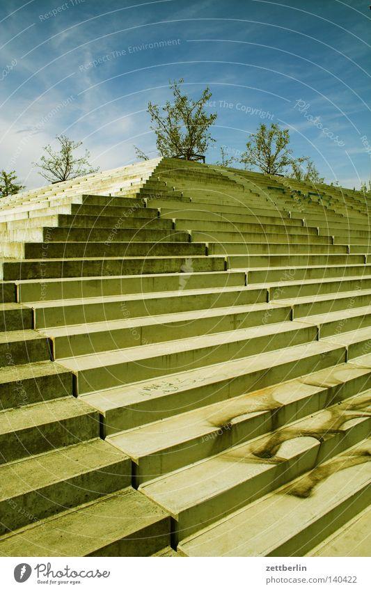 Velodrom Berlin Beton Perspektive Treppe Ecke Niveau steigen Karriere aufsteigen steil Treppenabsatz Steigung Fluchtpunkt Freitreppe