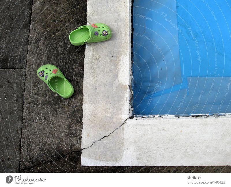 Hiergeblieben! Badelatschen Flipflops Schuhe laufen grün Beckenrand Ecke weiß Schwimmbad Freibad Sommer Sonnenbad Sommerabend Sommerfest Sommerfarbe Sommerpause