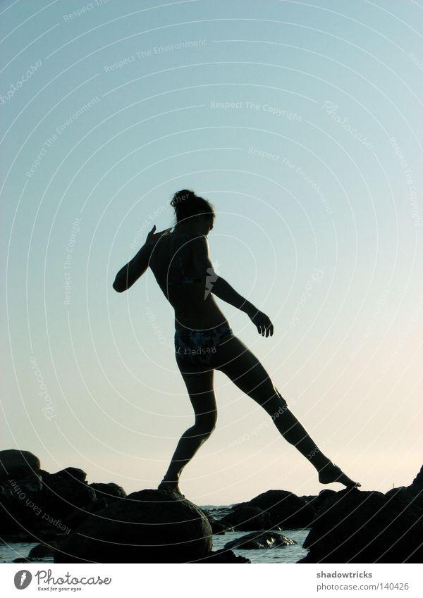 Debut Mensch Frau Himmel blau Wasser schwarz Erwachsene dunkel Bewegung Stein Erde Stil Beine Luft träumen Fuß