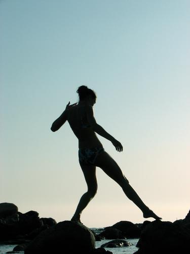Debut Stil Körper Mensch Frau Erwachsene Arme Beine Fuß Erde Luft Wasser Himmel Bewegung gehen träumen dunkel hell blau schwarz Vorsicht Kontrolle Surrealismus