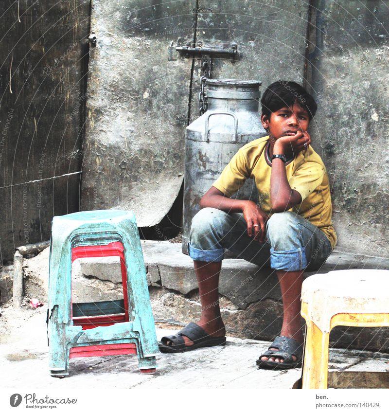 Warten Indien Delhi Junge Kind warten Hinterhof Perspektive Leben möglich Kindheit Jugendliche