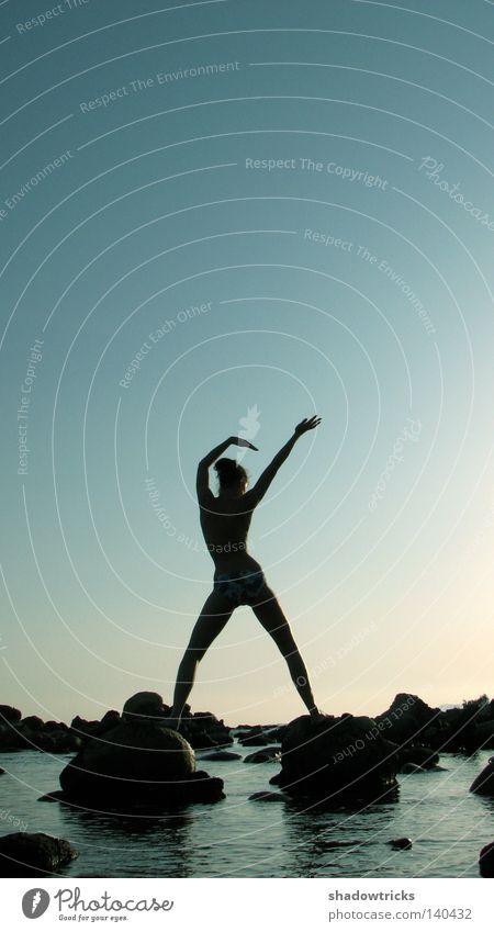 Bodylanguage Körper Strand Tanzen Sport Frau Erwachsene Arme Wasser Himmel Wärme Felsen Küste Bewegung träumen blau schwarz Leichtigkeit Körperhaltung Dame zyan