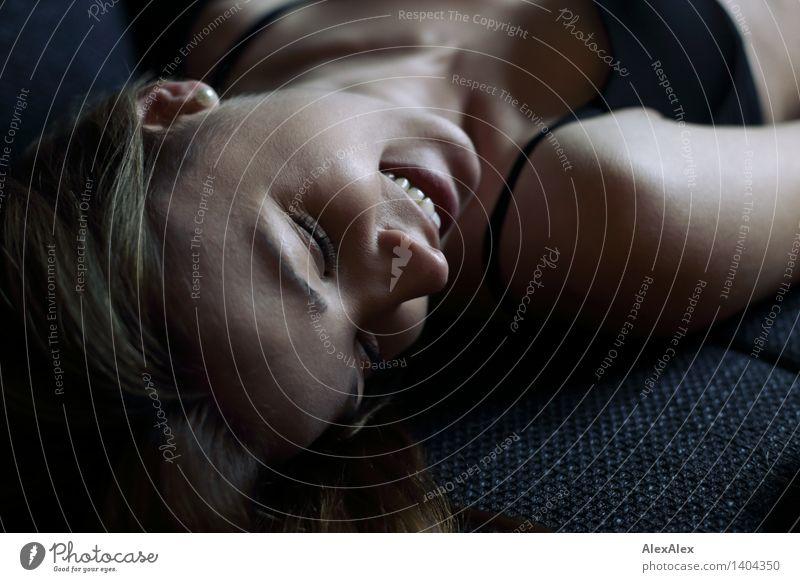 die pure Freude Jugendliche schön Junge Frau Erholung 18-30 Jahre Erwachsene Liebe lustig Glück lachen Kopf liegen wild Zufriedenheit ästhetisch Fröhlichkeit