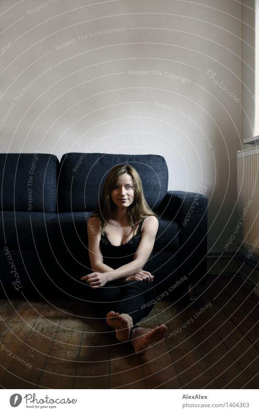 sitzt da und wartet nicht Wohlgefühl Erholung Junge Frau Jugendliche Gesicht Fuß 18-30 Jahre Erwachsene Holzfußboden Sofa Jeanshose Trägershirt Barfuß brünett