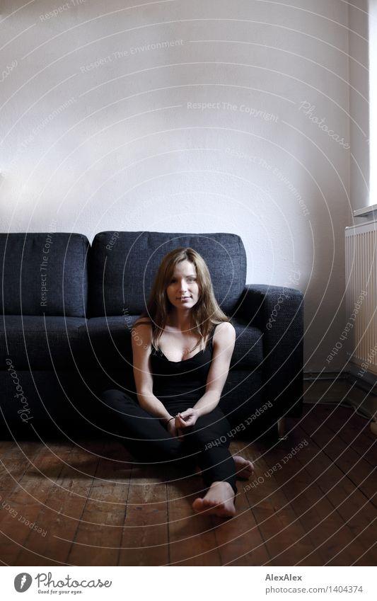 vor dem Sofa schön Körper Junge Frau Jugendliche Gesicht Fuß 18-30 Jahre Erwachsene Holzfußboden Wohnzimmer Jeanshose Top Barfuß brünett langhaarig Erholung