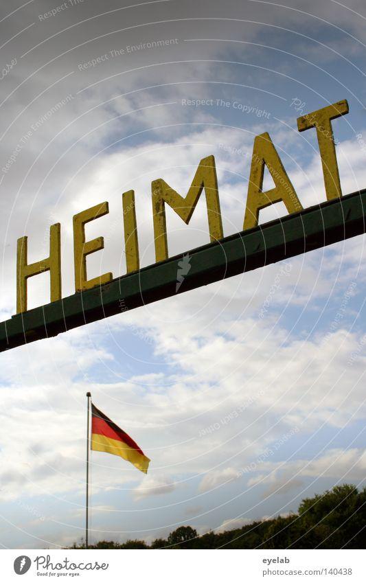 HEIMAT Heimat Himmel Schriftzeichen Typographie Buchstaben Wort Deutschland Bundesadler Deutsche Flagge Fahne schwarz rot Gold Wolken Sommer Fahnenmast Länder