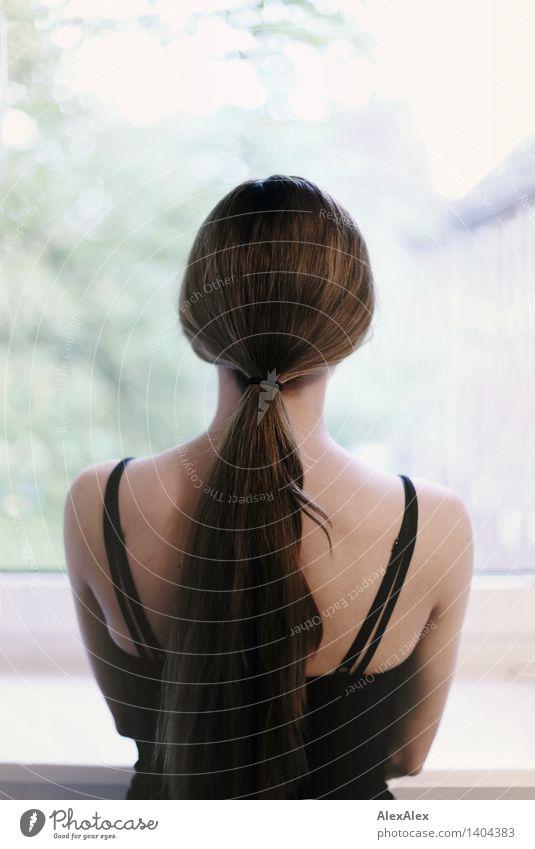 Das Gesicht ist das wichtigste bei Portraits. Jugendliche schön Junge Frau 18-30 Jahre Fenster Erwachsene Traurigkeit Haare & Frisuren träumen stehen ästhetisch