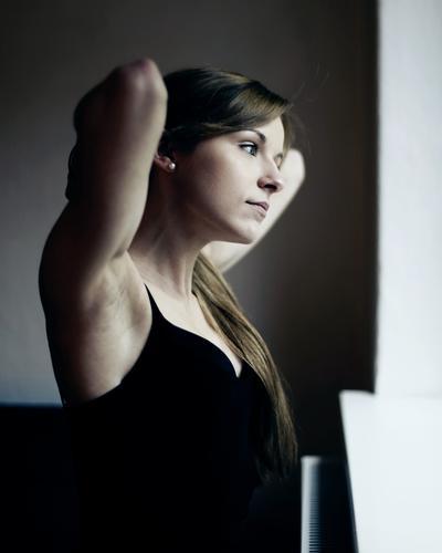 arrangiert schön Körperpflege Haare & Frisuren Junge Frau Jugendliche Gesicht Arme 18-30 Jahre Erwachsene Wohnzimmer Top brünett langhaarig beobachten träumen