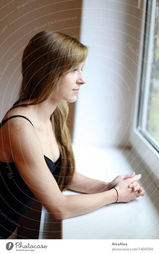 Vici Wohlgefühl Zufriedenheit Erholung Junge Frau Jugendliche Haare & Frisuren Arme 18-30 Jahre Erwachsene Trägershirt brünett langhaarig beobachten ästhetisch