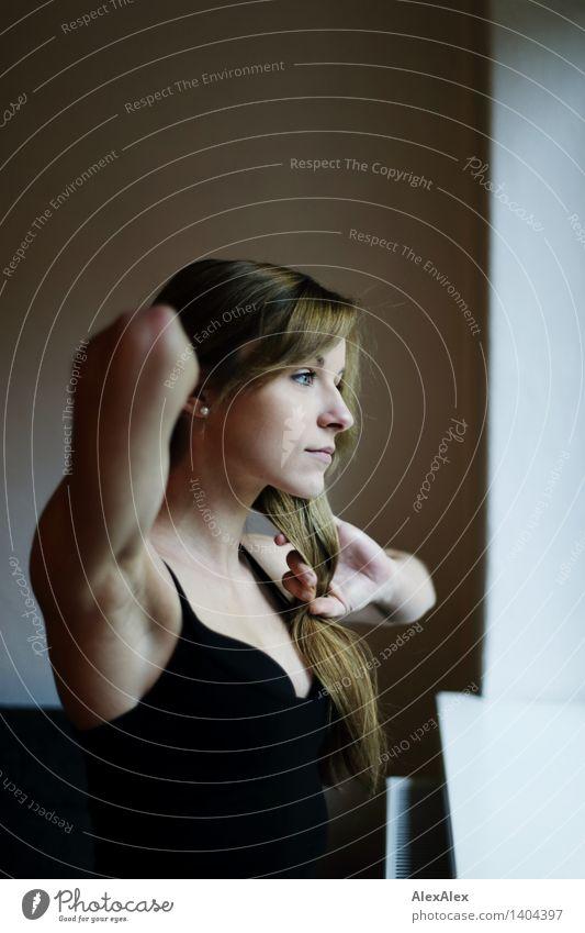 arrangiert harmonisch Wohlgefühl Zufriedenheit Junge Frau Jugendliche Gesicht Arme 18-30 Jahre Erwachsene Fensterbrett Trägershirt brünett langhaarig beobachten